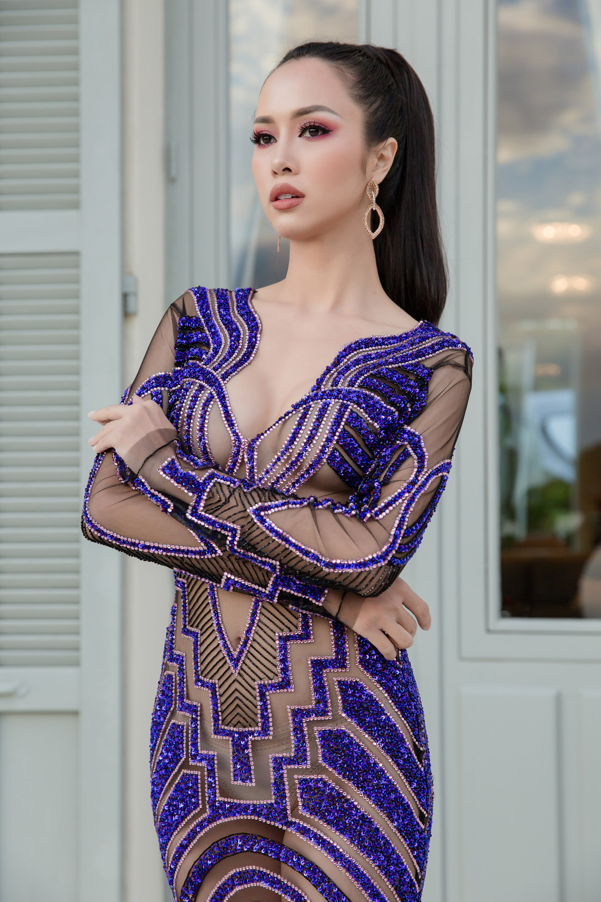 Bên cạnh Lý Nhã Kỳ, còn một số người đẹp khác xuất hiện tại Cannes cũng thu hút được rất nhiều sự chú ý. Một trong số đó là diễn viên Vũ Ngọc Anh. Hướng tới hình ảnh sexy nhất có thể,Vũ Ngọc Anh trưng những bộ đồ trong suốt nóng bỏng và trang điểm cũng rất phù hợp. Nhấn nhá vào đôi môi màu nude căng mọng,Vũ Ngọc Anh đã thành công khi xây dựng hình ảnh cô gái sexy thu hút mọi ánh nhìn.