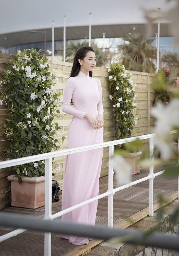Và Nhã Phương còn rất thông minh khi giới thiệu tà áo dài truyền thống đến với bè bạn quốc tế. Tông trang điểm hồng nhẹ nhàng đã làm nổi bật vẻ đẹp đầy sức sống của cô nàng.