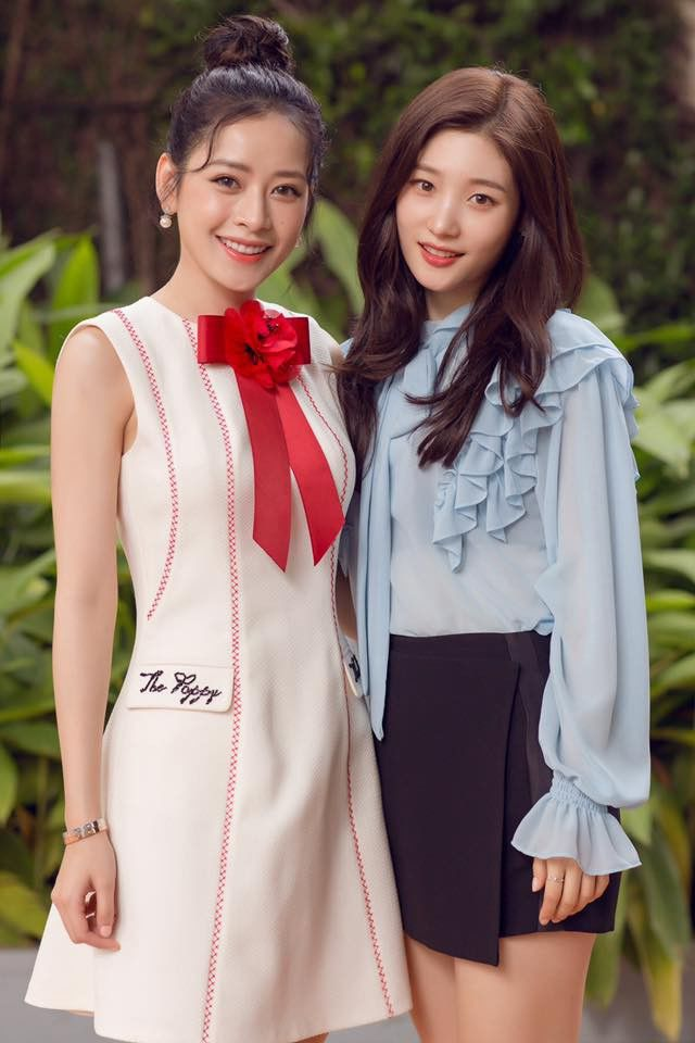 """Chi Pu và Chae Yeon (DIA) có thời gian đồng hành cùng nhau và trở nên thân thiết khi tham gia bộ phim <em>Lala: Hãy để em yêu anh.</em>Khi đứng cạnh """"nữ thần"""" thế hệ mới của Hàn Quốc, nữ diễn viên sinh năm 1993 chứng tỏ sức hút và hoàn toàn không hề kém cạnh người đẹp xứ kim chi."""