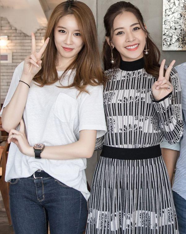 """Khi đứng cạnh một trong những mỹ nhân xinh đẹp, sang chảnh nhất K-pop - Jiyeon, Chi Pu vẫn hề """"lép vế"""". Nếu cựu thành viên T-ara trẻ trung, năng động với quần jean, áo phông thì giọng ca <em>Cho ta gần hơn</em> lại dịu dàng, nữ tính khi chọn đầm bánh bèo."""