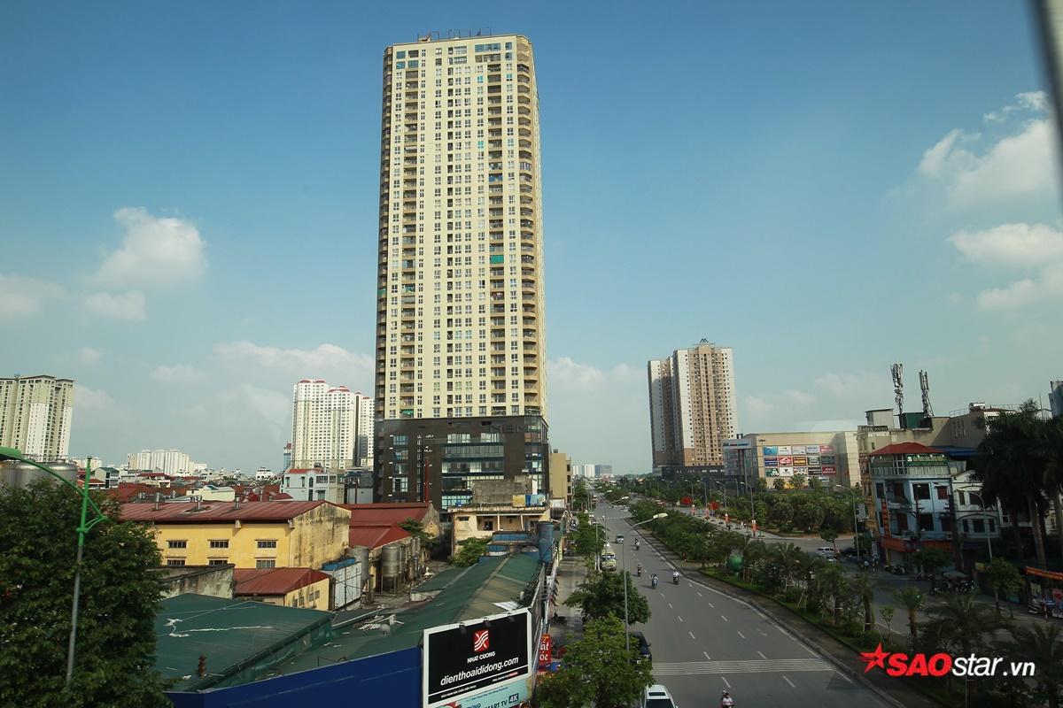 Ngay cả những tòa nhà cao ốc cũng được ngắm nhìn trọn vẹn đến cả tầng trên cùng.