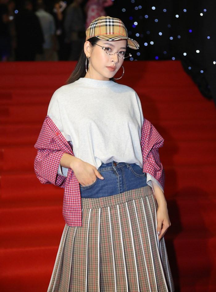Ngoài váy hai cạp thì chiếc kính này là điểm nhấn rất ấn tượng trong lần xuất hiện này của Chi Pu.