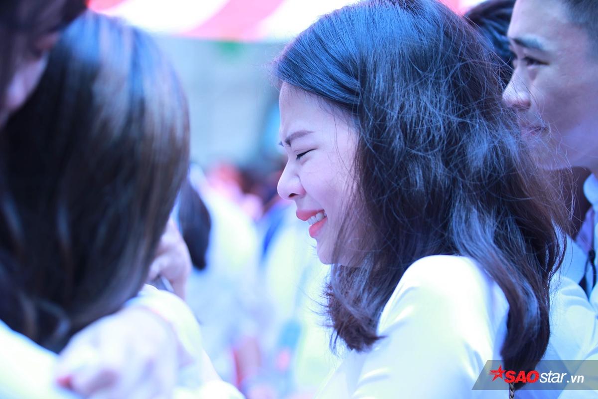 Giọt nước mắt ngày chia tay tuổi học trò: Khóc cho lần cuối bên nhau