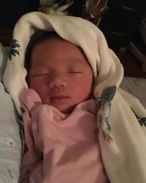 Con gái Tú Linh chào đời