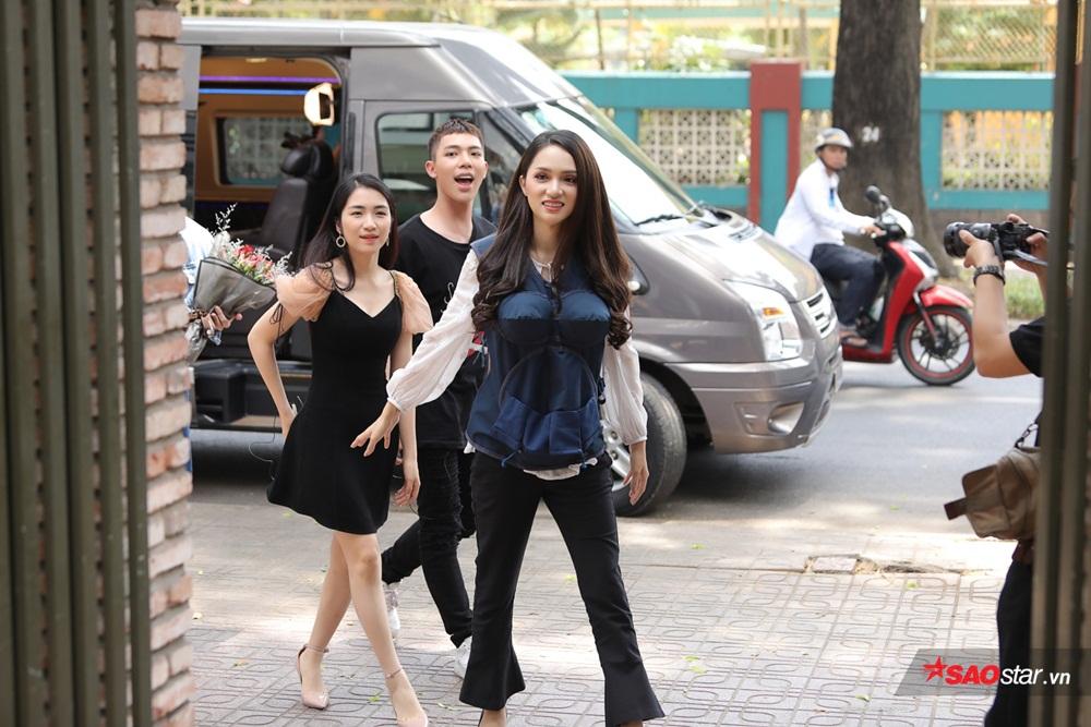 Gia đình Hoa dâm bụt tháp tùng Hương Giang đi tìm bạn đồng hành.
