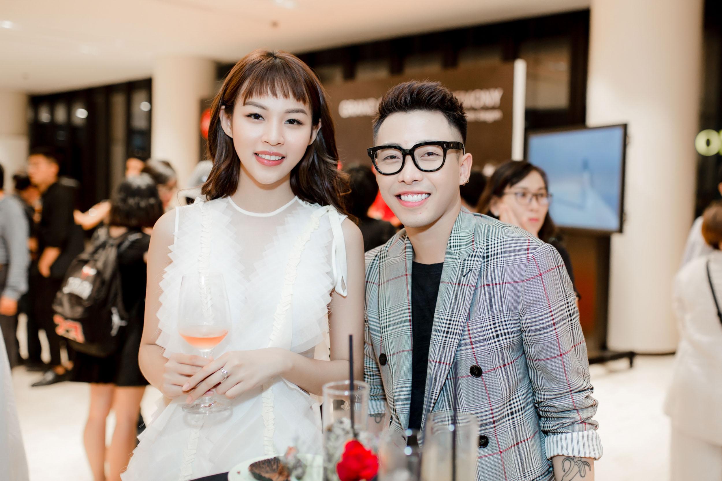 Sự kiện còn có sự tham gia của Hoàng Ku, quán quân The Face mùa 1 thích thú gặp gỡ, chụp ảnh cùng chàng stylist Hà Thành.
