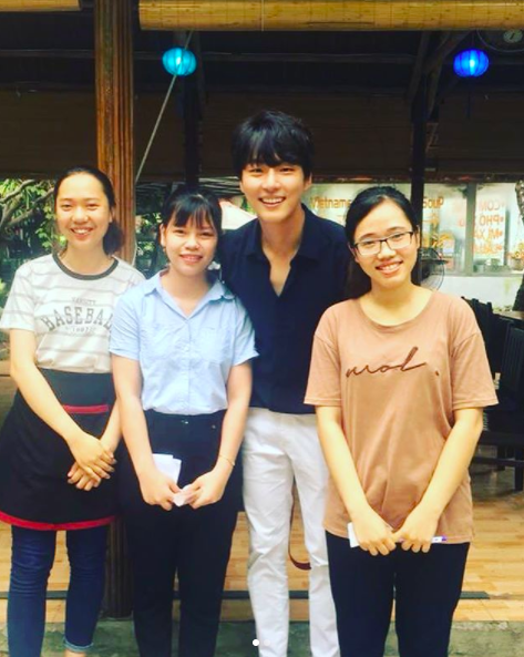 Yoon Si Yoon thân thiện chụp hình cùng fan Việt.