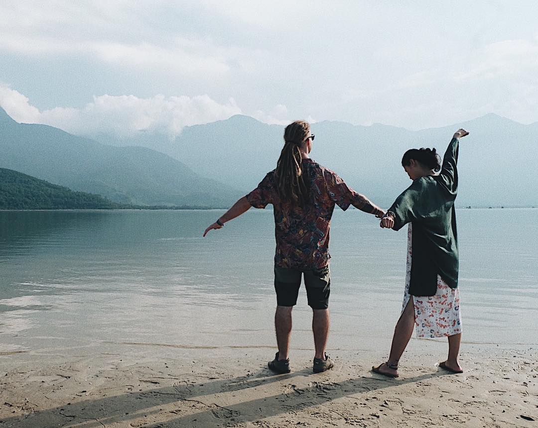 ... Chuyện tình chàng Tây và cô gái Việt nắm tay nhau đi khắp thế gian khiến