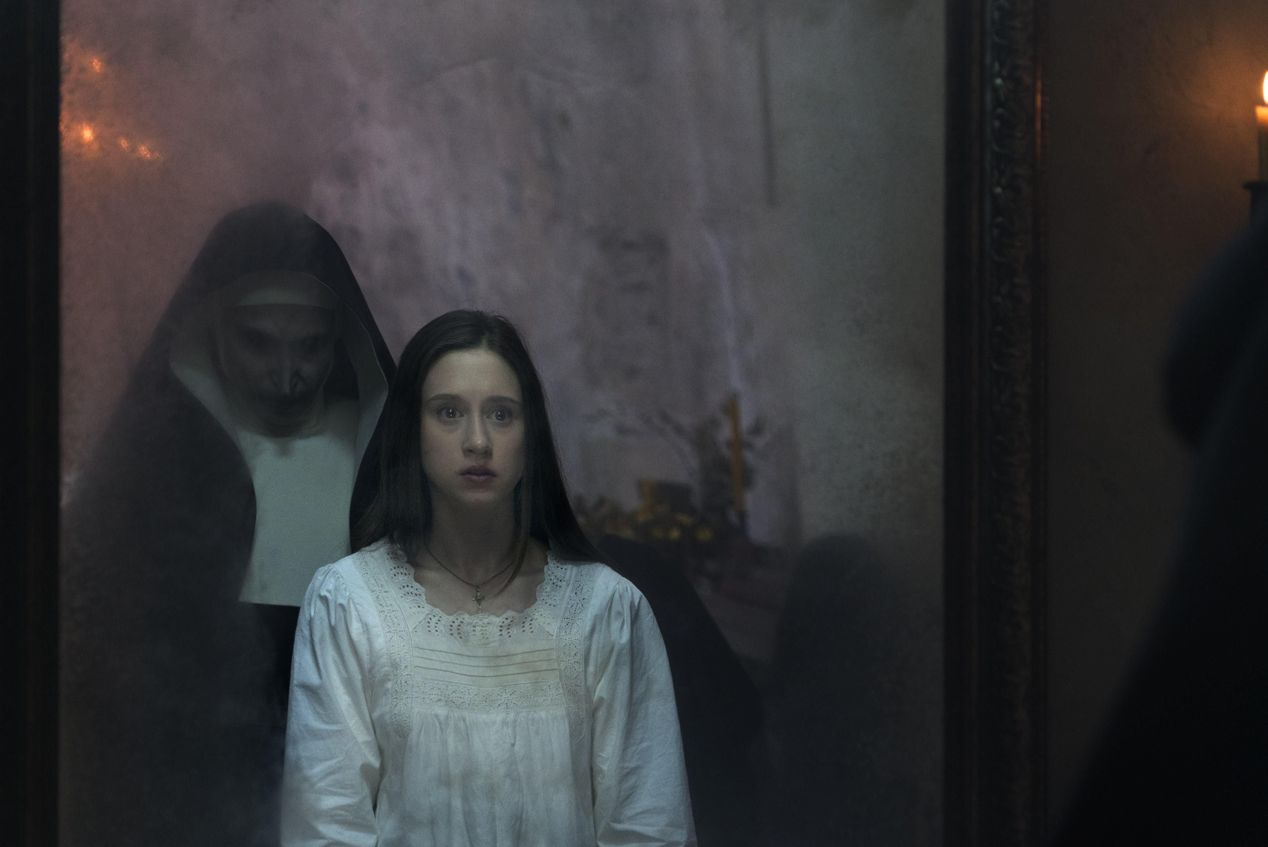 Valak đe dọa xơ Irene trong gương