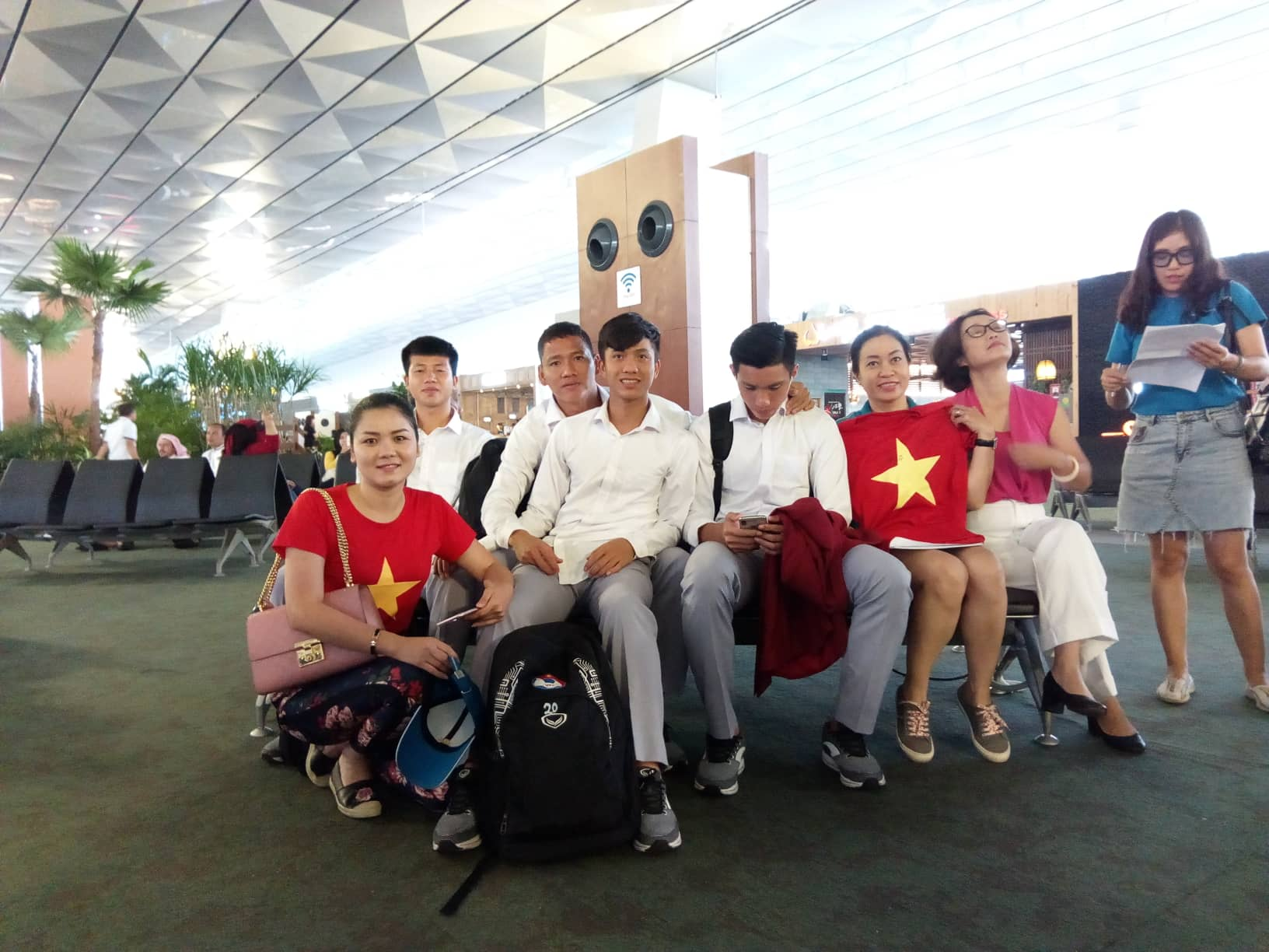Cổ động viên Việt Nam có mặt tại Indonesia cũng có mặt để chụp ảnh lưu