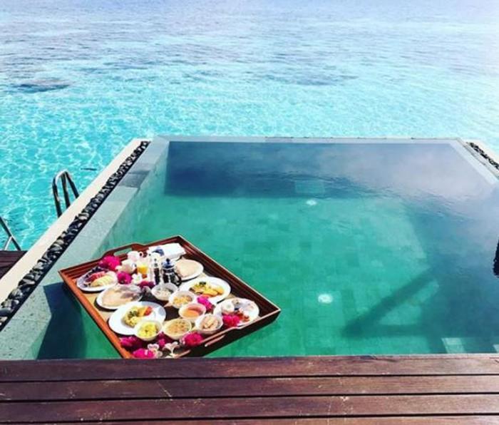 Bạn đã biết cách chụp ảnh 'ăn sáng trên hồ bơi' thật sang chảnh như Rich Kids chưa?