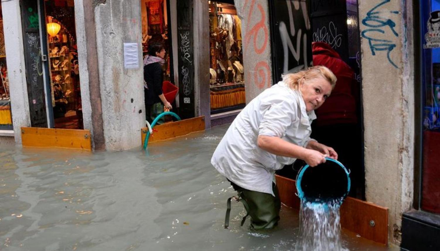 Cảnh tượng 70% thành phố Venice chìm trong biển nước, có khu vực ngập tới  ngang tới thắt lưng