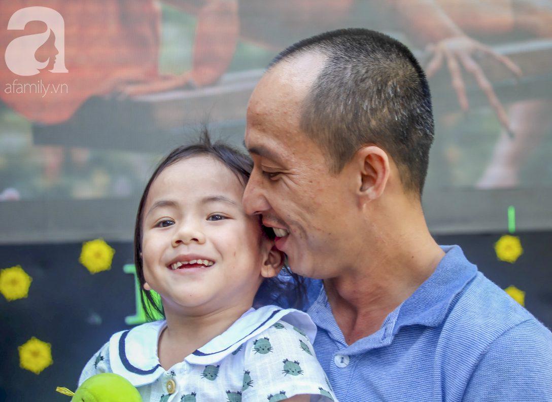 Anh Tín cùng Pàng vui vẻ cười đùa với nhau.