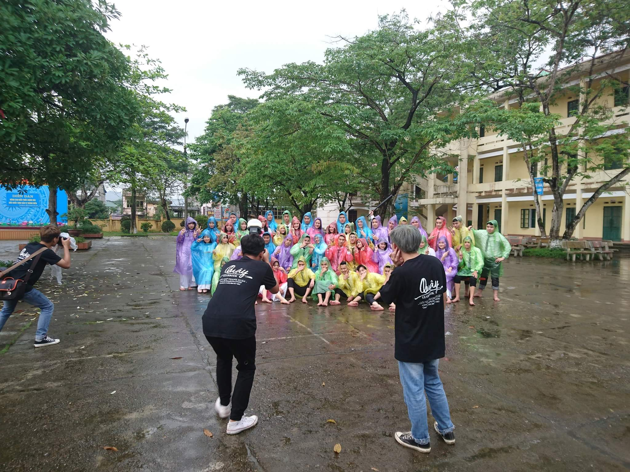 Các bạn học sinh trường THPT Đồng Hỷ (Thái Nguyên Cre) mặc áo mưa