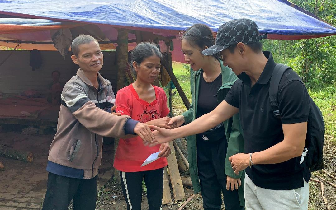 Vợ chồng Lý Hải - Minh Hà bật khóc khi đi trao quà từ thiện