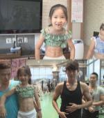Bé gái Hàn Quốc 8 tuổi khoe bụng 6 múi đáng ngưỡng mộ