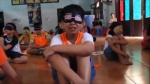 'Choáng' với clip dạy kỹ năng trẻ em bị bịt mắt rồi khóc nức nở