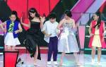 The Voice Kids: HLV cởi giày lên sân khấu, tưng bừng nhảy 'vũ điệu xoắn quẩy'