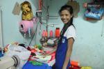 Cô bé đạp xe rong ruổi khắp ngõ hẻm Sài Gòn để bán quần áo cho chó, mèo