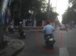 TP HCM: Bị giật đồ trên đường, cô gái ngã ngay trước đầu bánh xe