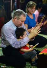 Đại sứ Mỹ đội mưa đi chùa báo hiếu cha mẹ