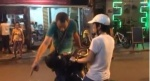 Hà Nội: Chạy xe máy vào phố đi bộ, cô gái trẻ bị chàng Tây chặn xe