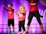 Bé gái mắc bệnh thiếu máu nhảy Zumba khiến mọi người nể phục
