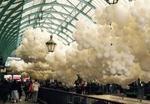 Bong bóng trắng ngợp như mây tại chợ cổ Covent Garden