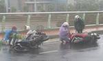 Gió bão quật người, xe ngã dúi dụi ở Đà Nẵng