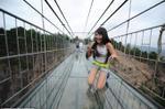'Nín thở' đi qua cầu treo trong suốt dài nhất thế giới ở Trung Quốc