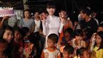 Ngọc Trinh đón sinh nhật ở quê nghèo ngay đêm Trung thu
