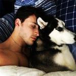 'Cặp đôi' bác sĩ đẹp trai và cún cưng 'càn quét' mạng xã hội