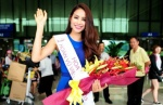 Tân Hoa hậu Phạm Hương bị vây kín khi về đến Sài Gòn
