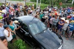 Hàng trăm người bức xúc xem dựng hiện trường vụ chồng lái ô tô gây tai nạn cho vợ