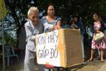 Rơi nước mắt nhìn mẹ già 86 tuổi xin tiền lo đám tang cho con bên lề đường