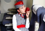 'Cháy hàng' táo kèm nụ hôn của các nữ tiếp viên hàng không
