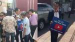 Chàng thanh niên Sài Gòn dán đầy tiền lên áo và… mời mọi người lấy thoải mái