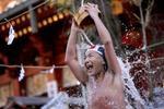 Rùng mình nghi lễ tắm nước đá dưới trời tuyết lạnh của người Nhật