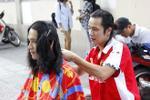 Chàng Việt kiều lãng tử cắt tóc miễn phí giữa Sài Gòn để trả nghĩa quê hương