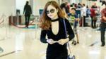 Hương Tràm diện áo khoét sâu, trễ nải vòng 1 tại sân bay