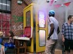 'Quẩy tẹt ga' trong quán bar nhỏ nhất thế giới