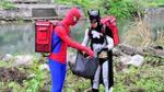Khi Người Nhện, Batman… nhặt rác, làm công nhân