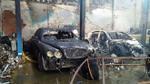 Công nhân sửa ô tô bất cẩn, hàng loạt siêu xe và Thế Giới Di Động cháy rụi