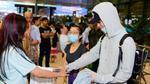 Soobin Hoàng Sơn được fan 'chăm sóc chu đáo' tại sân bay