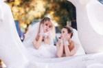 Hai cô gái đi chụp ảnh cưới sau khi chia tay bạn trai: 'Tình cảm của chúng mình là thật'