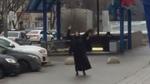 Clip sốc: Vú nuôi đốt nhà, chặt đầu trẻ rồi xách ra ga điện ngầm