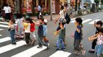 Nể phục hành động nhỏ của trẻ em Nhật khi băng qua đường