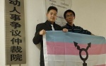 Chàng trai chuyển giới bị sa thải chỉ vì mặc vest nam đến văn phòng