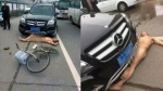 Người đàn ông ngang nhiên khỏa thân nằm lăn ra đường ăn vạ nữ xế hộp
