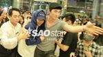 Ảnh cận cảnh: Quản lý gần như ôm trọn Xiumin (EXO) để tránh 'cơn bão fan' Hà Nội